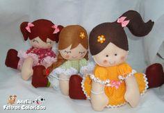 KIT 3 BONECAS DE FELTRO  Bonecas Mari, Nina e Juli. Para decoração de quarto ou decoração de festa infantil.  Feita de feltro, tecido e enchimento. Mede 19cm. R$ 50,00 19 alt