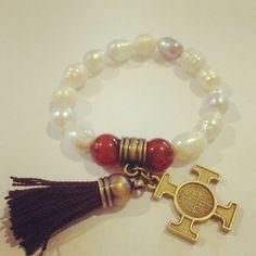 Pulsera de perlas de río con cruz de san Benito en oro viejo!