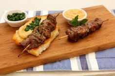 Souvlaki Hot Dogs with Hummus and Pesto - Make delicious beef recipes easy, for any occasion Hot Dog Buns, Hot Dogs, Basil Pesto, Hummus, Beef Recipes, Steak, Easy Meals, Pork, Mint