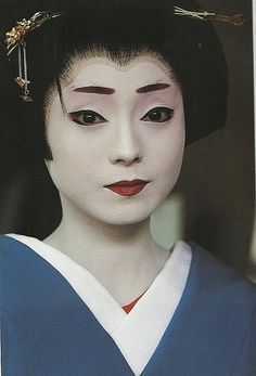 love the red, flat eyebrows. Geisha Kunst, Geisha Art, Japanese Beauty, Japanese Girl, Asian Beauty, Geisha Makeup, Memoirs Of A Geisha, We Are The World, Costumes