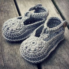 Flower Motif Baby Shoes Crochet Pattern Lisa van Klaveren Holland Designs
