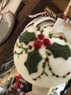 Needle Felted Ornaments, Felt Ornaments Patterns, Fabric Christmas Ornaments, Felt Christmas Decorations, Christmas Crafts For Gifts, Felt Crafts, Needle Felting, Wool Felt, Ideas