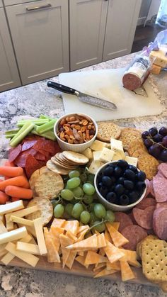 The Chic(ish) Chick A Hilarious Lifestyle Site Cheese board//meat and cheese b. - The Chic(ish) Chick A Hilarious Lifestyle Site Cheese board//meat and cheese board//charcuterie b - Snacks Für Party, Appetizers For Party, Appetizer Recipes, Meat Appetizers, Thanksgiving Appetizers, Thanksgiving Table Decor, Superbowl Party Food Ideas, Thanksgiving Menu Planner, Baby Shower Appetizers