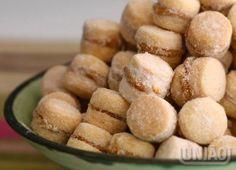 CASADINHOS DE DOCE DE LEITE 13 colheres (sopa) de manteiga sem sal em temperatura ambiente (260g) 1 ovo batido (cerca de 60g) ½ xícara (chá) de União Refinado (80g) 2 e ½ xícaras (chá) de amido de milho (250g) 1 colher (sobremesa) de açúcar de baunilha (5g) 200 gramas de farinha de trigo RECHEIO E COBERTURA 1 lata de doce de leite em ponto de corte (395g) 1 xícara (chá) de União Glaçúcar (115g)