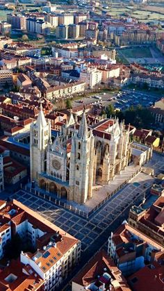 Catedral de León desde el aire. Spain. Foto Ana Martinez. Aerostatos León All About Spain, Gothic Architecture, Madrid, Beautiful Places, To Go, Iglesias, Adventure, Mansions, House Styles