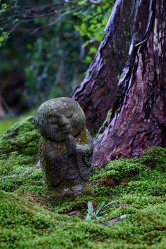 Praying Jizo statue at Sanzen-in temple, Kyoto, Japan 京都  三千院。わらべ地蔵。