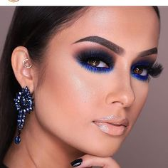 Learn Professional Makeup by internet (videos step by step) Single with certification recognized by ABED. Be a professional makeup artist with the best course of online makeup! Glam Makeup, Sexy Makeup, Blue Eye Makeup, Smokey Eye Makeup, Eyeshadow Makeup, Beauty Makeup, Navy Blue Makeup, How To Smokey Eye, Makeup Kit