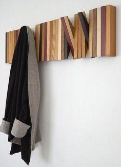 Colgador para el recibidor o la habitación. Se hace con láminas de madera cortadas en triángulo y con un agujero en el medio para pasar un bastón de madera.