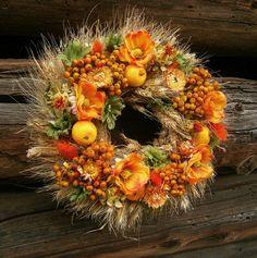 Věnec z obilí, dozdobený látkovými a sušenými květinami, umělými jablíčky a čerstvými jeřabinami ozdobí tradičně laděný podzimní stůl (za 270 Kč); Flér CZ/Aranžování