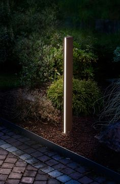 Have you just bought a new or planning to instal landscape lighting on the exsiting house? Are you looking for landscape lighting design ideas for inspiration? I have here expert landscape lighting design ideas you will love. Outdoor Garden Lighting, Outdoor Light Fixtures, Outdoor Lamps, Driveway Lighting, Exterior Lighting, Blitz Design, Landscape Lighting Design, Outdoor Landscaping, Privacy Landscaping
