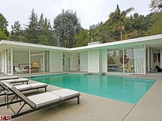 Mid-century architecture: Let's get inspired by the best mid-century modern architecture examples in Palm Springs, California! Mid Century Modern Design, Modern House Design, Style At Home, Midcentury Modern, Moderne Pools, Mcm House, Tiny House, Farmhouse Plans, Modern Farmhouse