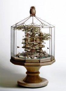 Um trabalho impressionante de minituralismo fantástico feito por Takanori Aiba. A riqueza de detalhes e todo o conceito artístico de cada peça são de tirar o fôlego de qualquer adorador de mundos fantásticos. Ela transforma fontes, luminárias e até mesmo bonsais em verdadeiras peças de arte.