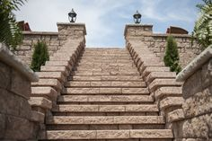 Highlandstone Freestanding #Wall (Color: James River) and #Cap (Color: Flat Gray.) #outdoor #steps