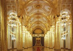 Los tronos imperiales en el Gran Palacio del Kremlin están en el mismo sitio donde se ubicaban el día de la coronación. Este palacio es uno de los tres que hay en el Kremlin.