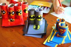 bracelets : feuilles collées sur des rouleaux de papier toilettes fendus dans la longueur Baby Birthday Themes, Boy Birthday, Batman Party, Superhero Party, Superhero Invitations, Diy Invitations, Batman Vs Spiderman, Paper Plate Crafts For Kids, Superhero Classroom