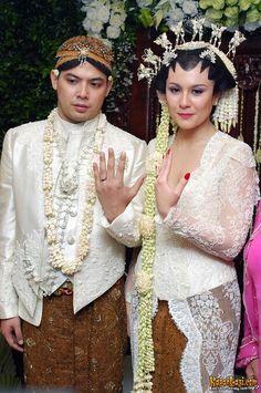 Wulan Guritno Formal Wedding, Wedding Suits, Wedding Couples, Wedding Dresses, Javanese Wedding, Indonesian Wedding, Traditional Wedding, Traditional Outfits, Kebaya Wedding