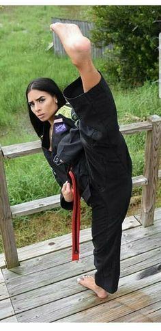 Female Martial Artists, Martial Arts Women, Dojo, Roundhouse Kick, Self Defense Martial Arts, Fighting Poses, Martial Arts Techniques, Martial Arts Workout, Sport