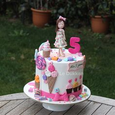 Cupcake workshoplarına gitmekten çok hoşlanan Alin'in pastasını tasarlarken, sevdiği tüm güzel ve tatlı şeylerden ilham aldık. Mutlu yıllar geleceğin cake designerı Alin   #şekerhamuru #şekerhamurlupasta #butikpasta #fondantcake #kişiyeözelpasta #reposteria #instacake #cakeoftheday #cakestagram #cakedecoration #cakedesign #sugarcake #cakeart #fondant #fondantart #sugarcraft #edibleart #decoratedcake #ideiasdebolosdocesedelicias #doğumgünüpastası #doğumgünü #happybirthday #workshop