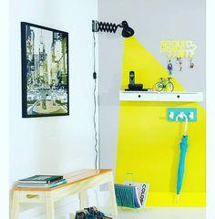 Maneira criativa de decorar uma paredinha: Joga tinta amarela e uma luminária   #decoracao #decor #design  Foto: Tok&Stok