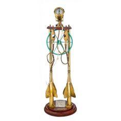 CORREDERA MECANICA PLATH-GEOMAR  Contador de millas mecánico sobre una pieza de madera e instalado en un pedestal decorativo de madera y latón.Acompaña leyenda explicativa. Medidas: 107 x 33 x 33 cm.