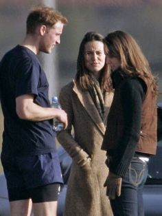 You can see Kate's black top and brown vest most clearly here. Loved this whole dark jeans + boots + top + vest + purse + simple hair look.