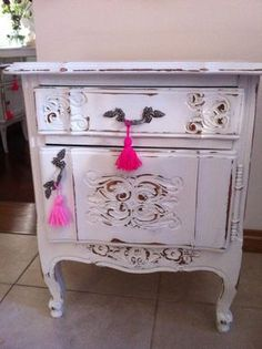 +VINTOUCH+ MUEBLES ,RECICLADOS ,PINTADOS A MANO : MESA DE LUZ PROVENZAL BLANCA DECAPADA Oliver Wood, Hand Painted Furniture, My Room, Chalk Paint, Pretty In Pink, Dresser, Sweet Home, Shabby Chic, Rustic