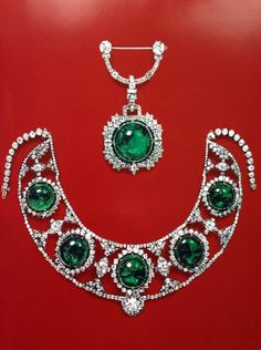 H & D Diamonds is your direct contact to diamond trade suppliers, a Bond Street jeweller and a team of designers. Tel: 0845 600 5557 - Princess Bibesco's emerald cabochon and diamond tiara / necklace Royal Jewelry, Emerald Jewelry, Diamond Jewelry, Diamond Necklaces, Art Deco Jewelry, Fine Jewelry, Antique Jewelry, Vintage Jewelry, Ideas Joyería
