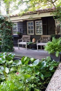 slim idee. Geen ruimte voor een tuinhuis, maar door deze schutting toch het idee van een huisje! Smart idea. It is a fence, but looks like a small (summer)house