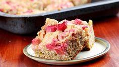 Rhubarb Upside Down Cake Rhubarb Upside Down Cake, Rhubarb Cake, Rhubarb Bread Pudding, Rhubarb Dream Bars, Delicious Desserts, Dessert Recipes, Rhubarb Recipes, Sweet Tarts, Sweet Bread