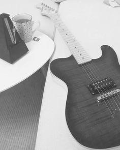 Tea, cozy sofa and Kononykheen guitar - perfect evening. This Breed Five belongs to @rudolphosv from Denmark 🇩🇰 #guitar #electricguitar #shredguitar #rareguitar #guitarra #uniqueguitar #mapleneck #maplefingerboatd #bestguitar #humbucker #niceguitar #guitarphoto #guitarphotography #onepickupguitars #guitarporn #kononykheen