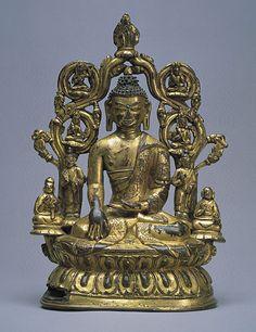 西藏 十五至十六世紀  青銅鎏金釋迦牟尼佛坐像 七世紀西藏開始接觸佛教,八世紀印度的金剛乘取得優勢後,西藏各派皆先顯後密,以密部為最高最後的階段,晚期又由於無上瑜伽坦特羅部經典大量翻譯,使西藏建立了最完整最忠於梵文原典的金剛乘體系。 藏傳佛教在宗教修行上特別重視怛特羅密法,在造像題材上雙身像和忿怒像是其所特有,造像風格上受到喀什米爾風格(十四世紀以前)、八至十二世紀中的東印度帕拉風格、尼泊爾藝術、于闐、敦煌等地的影響,十五世紀以後新添了中國風格。整體而言,十四至十八世紀因工匠的獨當一面以及譯經完整,教理昌明,儀軌完備,是西藏本土特色最鮮明的時期。