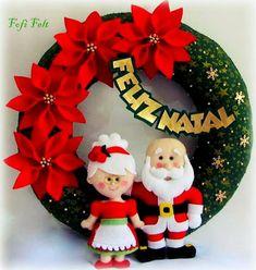 Símbolo de prosperidade e sorte, a guirlanda é o primeiro convite para a entrada do espírito natalino em uma casa. Pendurá-la na porta é uma tradição antiga. Felt Christmas Decorations, Diy Christmas Ornaments, Felt Ornaments, Holiday Wreaths, Felt Crafts, Christmas Crafts, Diy And Crafts, Holiday Decor, Christmas Sewing