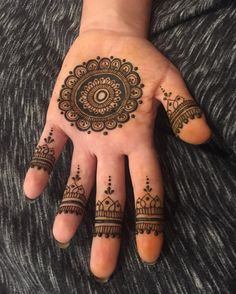 Check beautiful & simple arabic mehndi designs 2020 that can be tried on wedding. Shaadidukaan is offering variety of latest Arabic mehandi design photos for hands & legs. Easy Mehndi Designs, Latest Mehndi Designs, Bridal Mehndi Designs, Round Mehndi Design, Mehandi Design For Hand, Mehndi Designs For Beginners, Mehndi Design Photos, Beautiful Mehndi Design, Mehndi Images