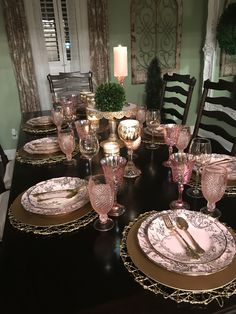 I love this with the pink glassware! Dining Room Centerpiece, Decoration Table, Dining Room Table, Pink Table Settings, Beautiful Table Settings, Place Settings, Pink Dining Rooms, Thanksgiving Table Settings, Elegant Table