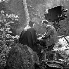 "Director Ingmar Bergman talks with ""Death"" on the set of the 1957 film ""The Seventh Seal"". Click the pic to watch the first death sequence from the movie starring Max Von Sydow. Max Von Sydow, Martin Scorsese, Alfred Hitchcock, Stanley Kubrick, Renoir, Charlie Chaplin, Photos Rares, The Seventh Seal, Ingmar Bergman"