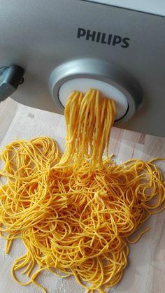 Pasta con zafferano al profumo di mare, spaghetti fatti in casa con zafferano nell'impasto e con cozze e bottarga di muggine.