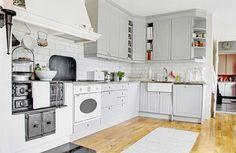 light gray kitchen (via Sköna hem)