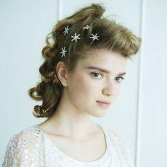 花嫁の印象を左右するヘアは、ヘッドアクセとの相性を考えたスタイリングが重要。カチュームや花冠、ティアラなど、厳選したおしゃれなヘッドアクセ50点と、それに似合う旬なヘアスタイルを2回に分けてご紹介。