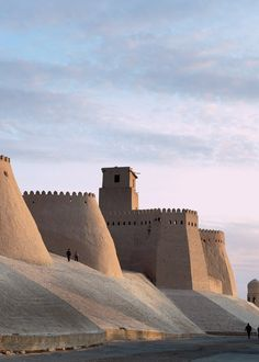 The walls of Ichan Kala citadel in Khiva, Uzbekistan. Vernacular Architecture, Islamic Architecture, Art And Architecture, Paises Da Africa, Places To Travel, Places To Visit, Silk Road, Asia Travel, Sri Lanka