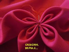 Mis Creaciones: COSTURA.(Explic.) Smocking Patterns, Sewing Patterns, Canadian Smocking, Flower Pillow, Sewing Leather, Sewing Art, Fabric Manipulation, Easy Diy Crafts, Sewing Techniques