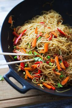 A delicious and simple recipe for Rice Noodles with Vegetables by Miss Berry. Non-sticky, delicious stir fry with soy-ginger sauce. Clean Eating Meal Plan, Clean Eating Recipes, Cooking Recipes, Vegetable Recipes, Vegetarian Recipes, Healthy Recipes, Big Meals, Easy Meals, Nutrition Meal Plan