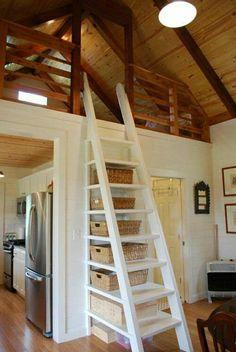 aménagement sous escalier, maison mansardé, plafond haut, déco en bois, meubles sous pente