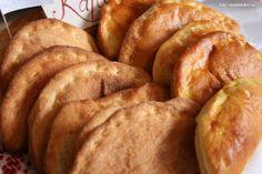 Hozzávalók a tésztához: kb. 2,5 dl tej, 5 dkg (2 púpozott evőkanál) kristálycukor, 1,5 dkg élesztő, 50 dkg finomliszt, 7,5 dkg darált háj (lehet vaj vagy sütőmargarin is), kb. 1 csapott kiskanál só, 1-2 tojássárgája a töltelékhez: 1 ... Appetizers, Bread, Snacks, Cookies, Party, Food, Crack Crackers, Appetizer, Brot