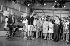 """1967(KTLA-CANAL 5- LOS ANGELES, CA) - The Doors (Enero, 1967) <BR> <BR>El disco resultó una joya en estado puro, un álbum de rock enérgico y relativamente sencillo. El grupo llevaba meses tocando estos temas, de modo que Rothchild sólo tuvo que recoger esas vibraciones en directo y completar un trabajo que se encontró ya con sonido propio. Aquí encontramos temas como """"20th Century Fox"""", un tema acorde con lo que se estaba escuchando por aquel entonces, aunque ya imprimen su fuerza…"""