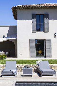 La maison s'ouvre sur le jardin et sa terrasse ensoleillée Aix En Provence, Houses In France, Contemporary Garden, Mediterranean Homes, Maine House, Exterior Paint, Interior Design Living Room, Interior Livingroom, Future House