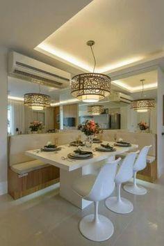 Conexão Décor Canto da sala de jantar com espelhos em duas paredes, fazendo um L aumentando a profundidade. http://conexaodecor.com/2017/05/parede-de-espelhos/