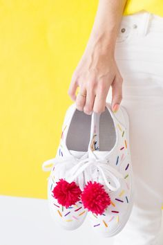 DIY ice cream sneakers with sprinkles and a pom pom cherry on top! Painted Sneakers, Painted Shoes, Diy Fashion, Fashion Shoes, Fashion Accessories, Ice Cream Sneakers, Ice Cream Costume, Diy Beauté, Diy Ice Cream