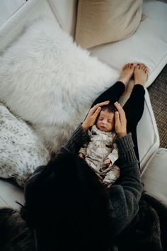 and baby photography Arial image of a newborn baby boy at home with his mom, gently holding him. Arial image of a newborn baby boy at home with his mom, gently holding him. Foto Newborn, Newborn Shoot, Baby Boy Newborn, Mama Baby, Mom And Baby, Baby Kids, Foto Baby, Baby Arrival, Pregnant Mom