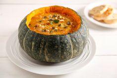 La vellutata di zucca è un primo piatto gustoso e leggero. Prova la ricetta senza patate del Cucchiaio d'Argento!