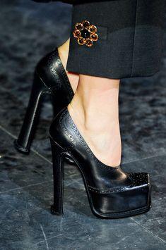 Luis Vuitton - quite the pumps Marca Louis Vuitton, Louis Vuitton Heels, Cute Shoes, Me Too Shoes, Shoe Boots, Shoes Heels, Botas Sexy, Estilo Retro, Beautiful Shoes